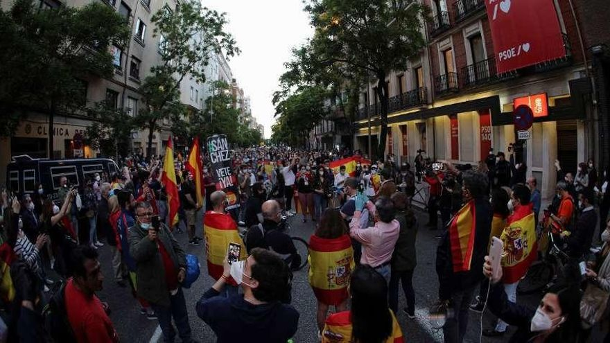 Cientos de personas piden la dimisión de Sánchez ante sede del PSOE en Madrid
