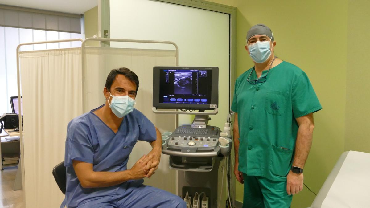 El doctor Abad junto al jefe del servicio de Traumatología del hospital San Juan de Dios de Córdoba, Miguel Aguayo.
