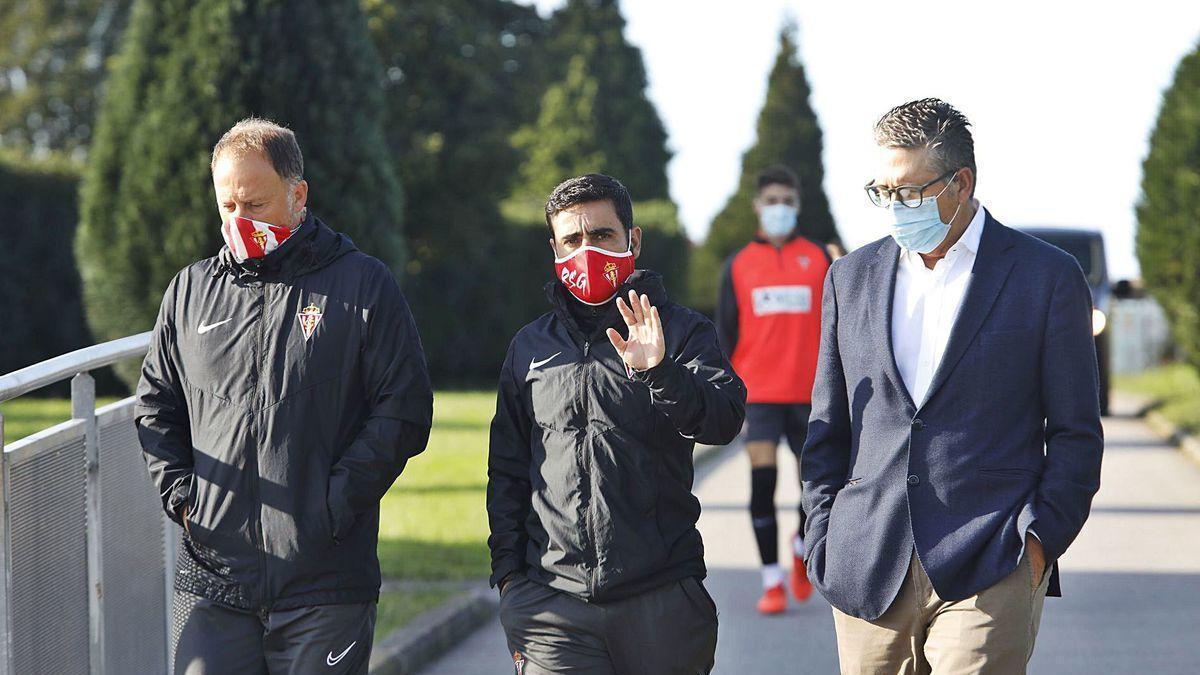 Por la izquierda, Eduardo Domínguez (preparador físico), David Gallego y Antonio Maestro (jefe de los servicios médicos), ayer en Mareo.
