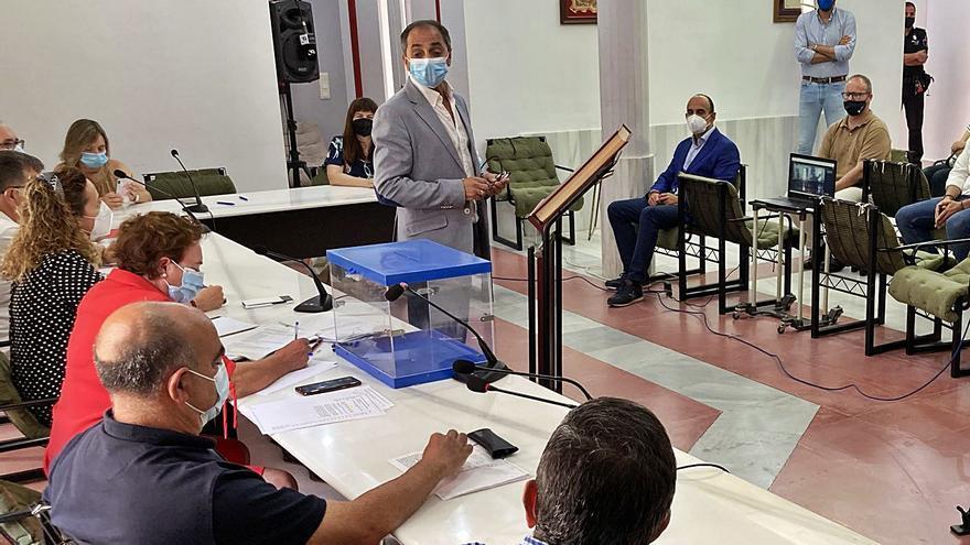 PP, Compromís y Fer Poble cumplen su pacto y aúpan a Garrigós en Villalonga