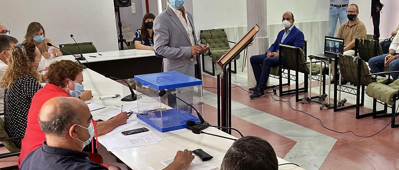 Román Garrigós se dirige a la corporación en su discurso tras tomar posesión del cargo.   T. Á. C