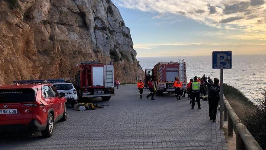 Zwei junge Erwachsene überleben Auto-Absturz an Steilküste völlig unverletzt