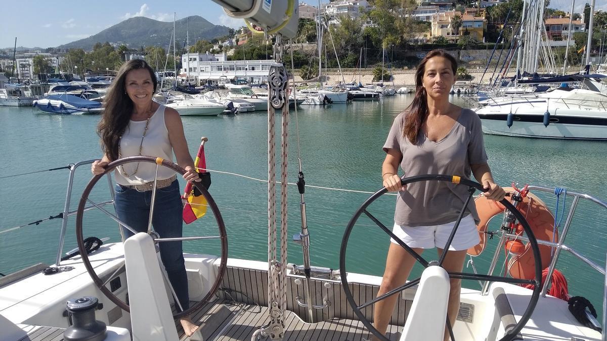 Ada de Luque (izq.) y Silvia Albújar, al timón del velero 'Cabo Negro', en el puerto de El Candado.
