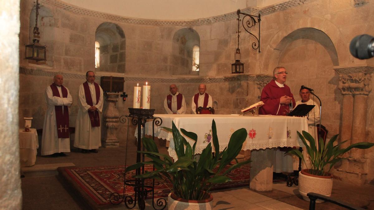 Interior de la iglesia de San Claudio de Olivares durante una celebración