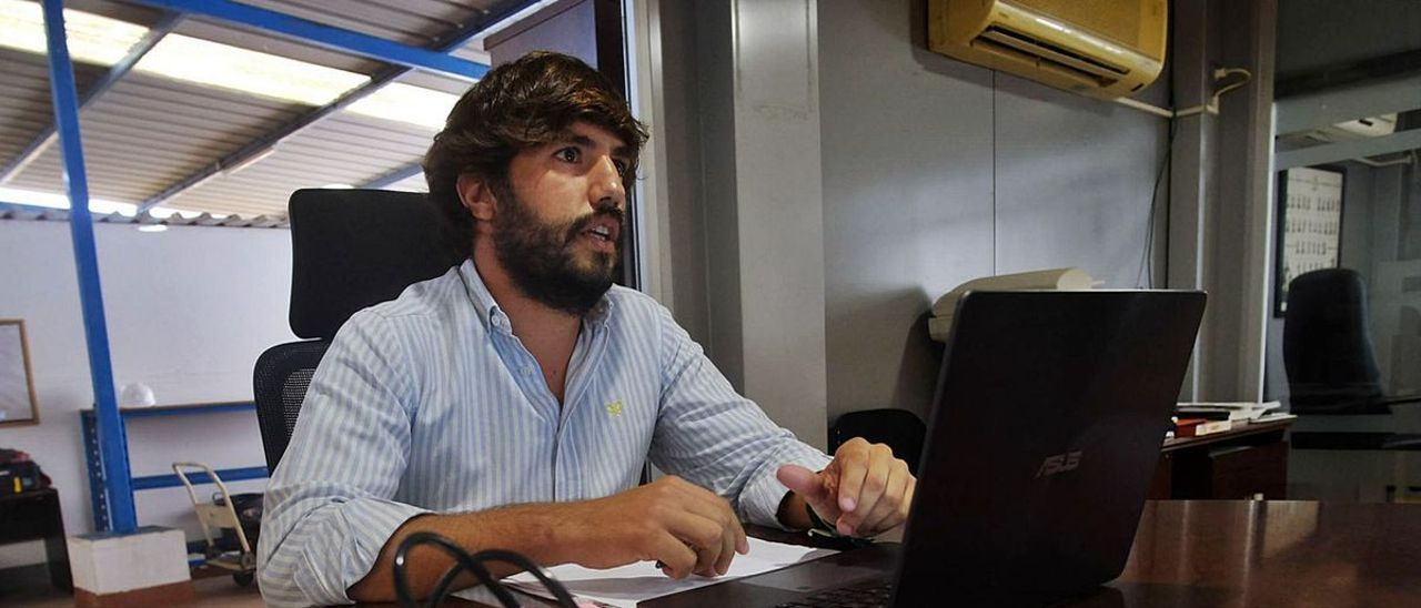Julián Fernández, en las oficinas de la empresa CCMA, en Las Palmas de Gran Canaria, junto a una caja del sistema de detonaciones. | | JOSÉ CARLOS GUERRA