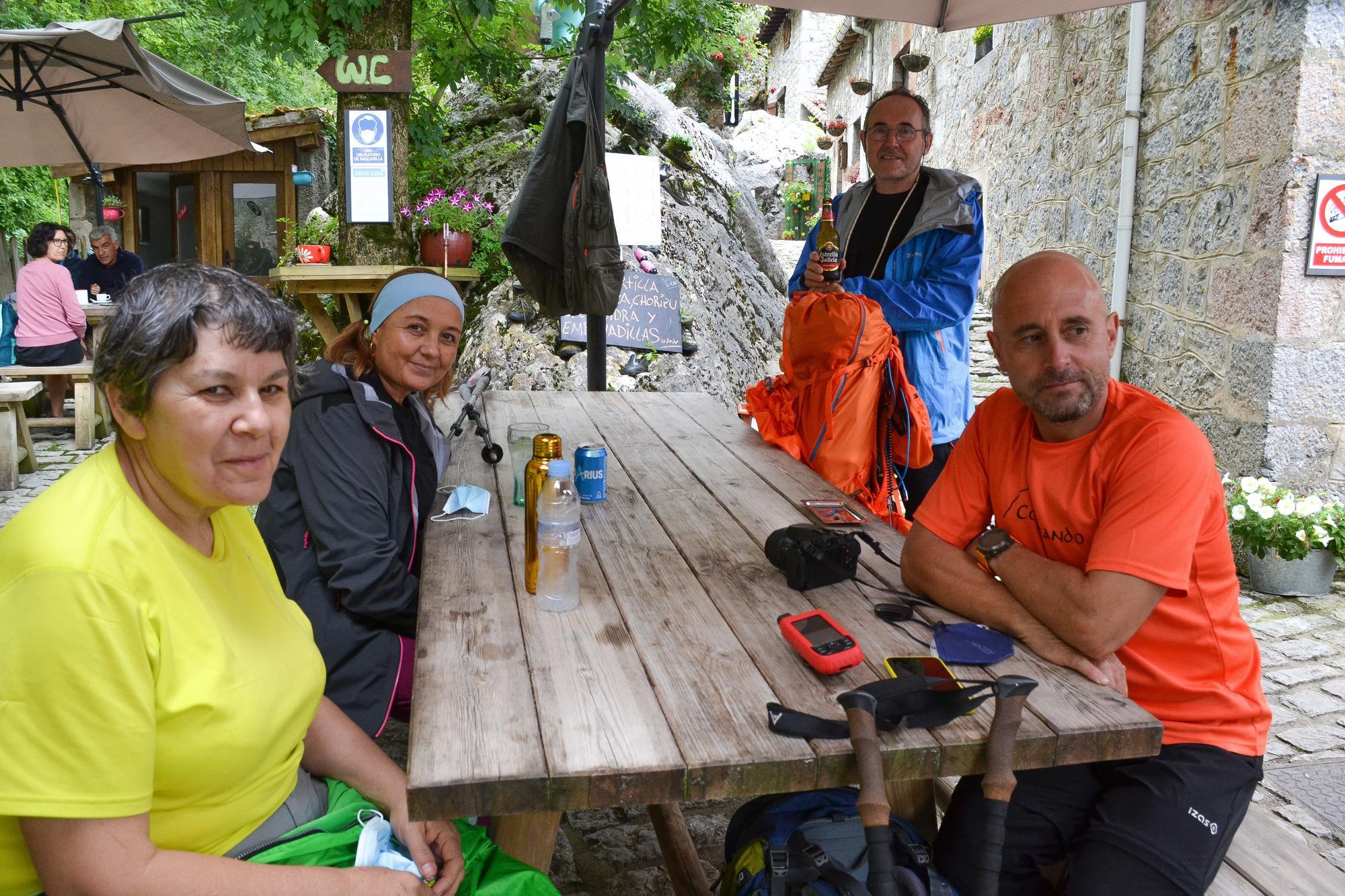 Por la izquierda los senderistas Rosa Casares, Beatriz López y Manuel Ferreiro acompañados por su guía Guillermo Díaz, todos gallegos, y que estaban por primera vez en Bulnes.