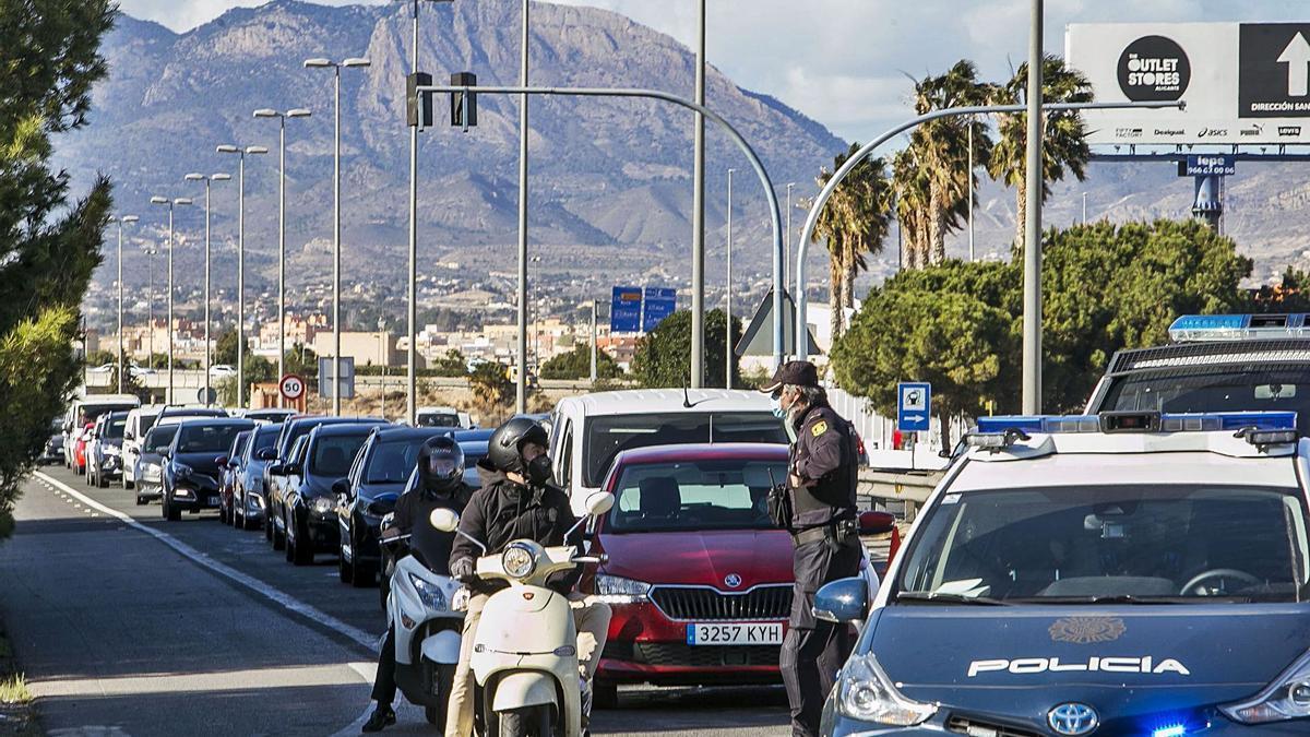 Control policial en uno de los accesos a la ciudad de Alicante el pasado 12 de febrero por el cierre perimetral en fin de semana.   HÉCTOR FUENTES