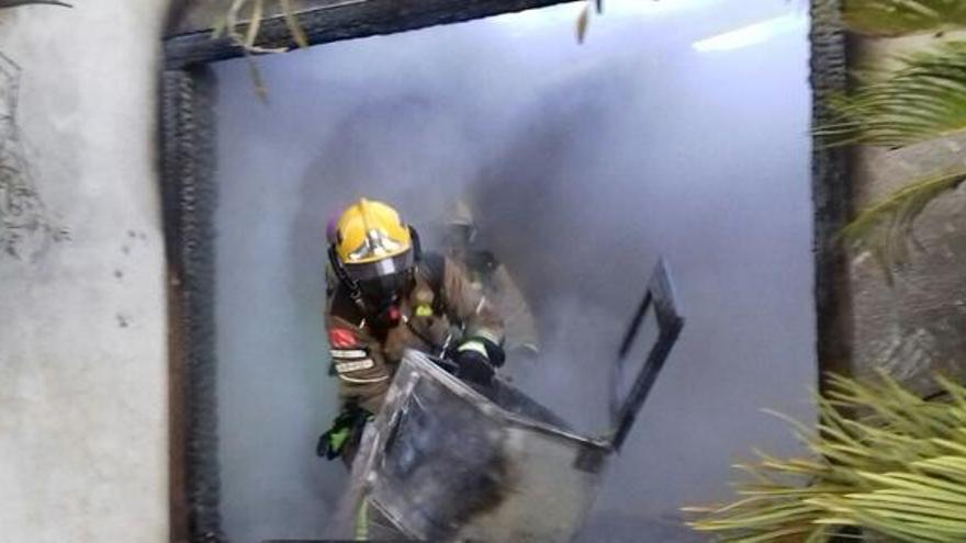 Crema una xemeneia a la Vall d'en Bas i un viver a Vilablareix, sense cap ferit