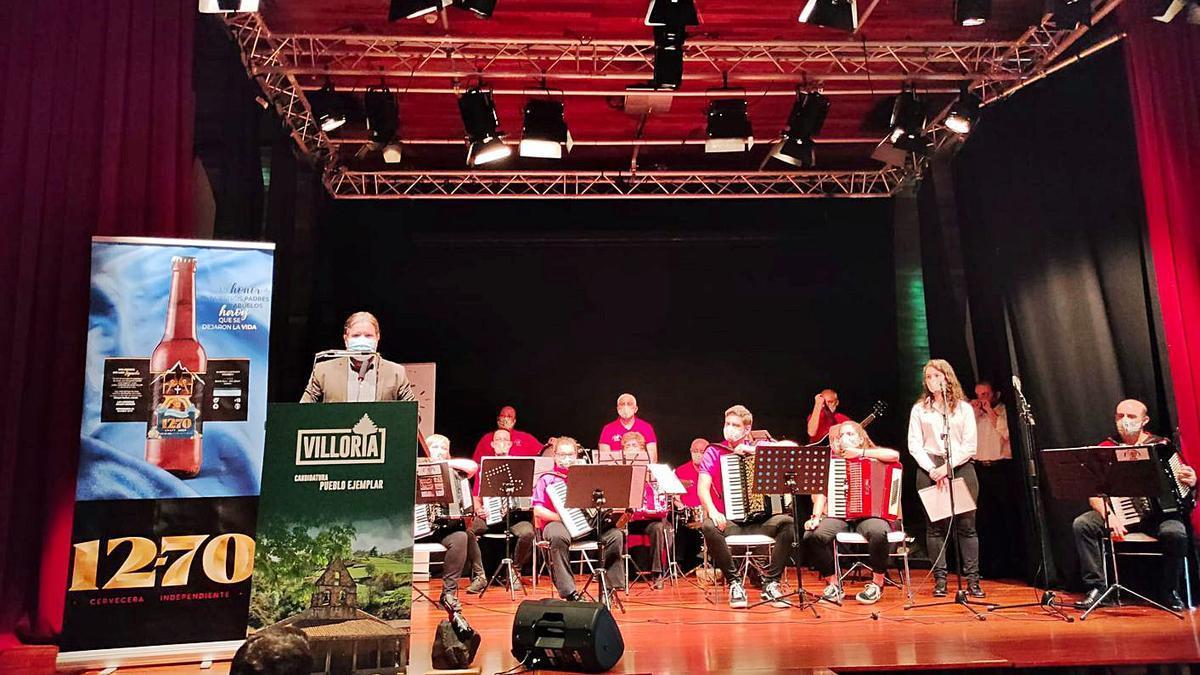 El concejal de Comercio de Laviana presenta a la Banda de Acordeones de Villoria en el acto celebrado ayer en la Casa de Cultura.