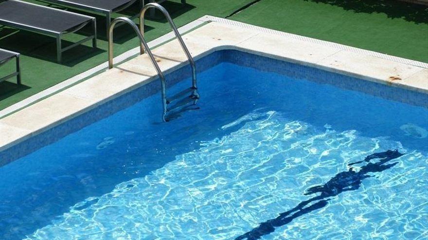 El sobrepeso de un bañista complica su rescate en una piscina de Sant Jordi