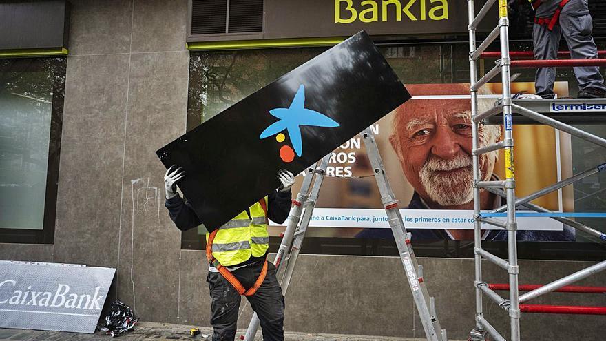 La nueva CaixaBank inicia el cambio de marca en València
