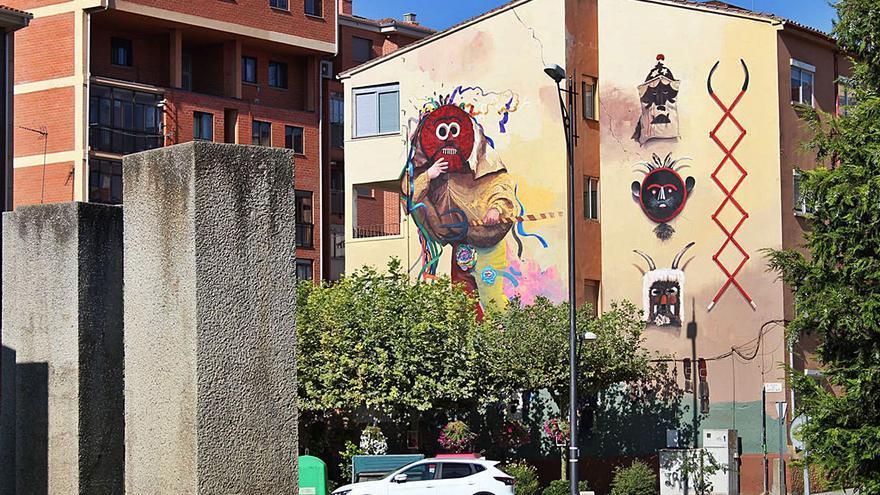 El mural de las mascaradas ya decora la plaza de Cristo Rey