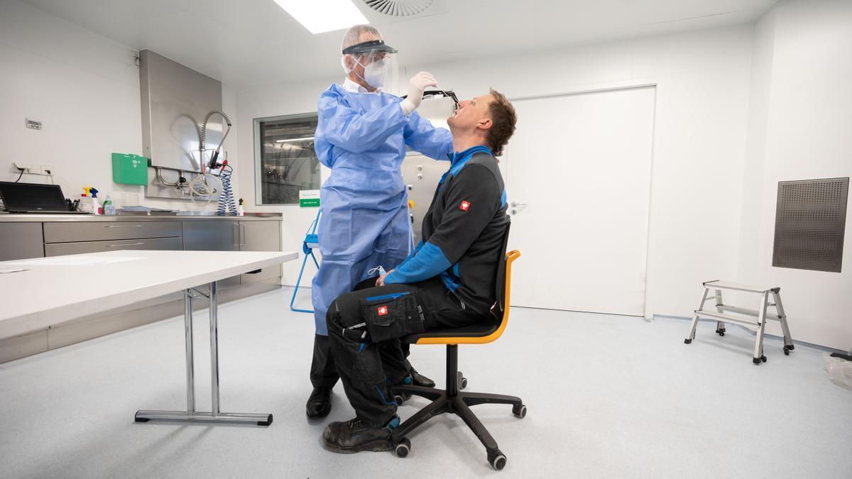 Una persona se somete a una prueba de PCR.