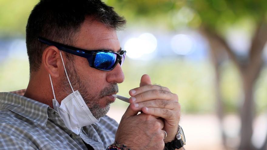 Quitarse la mascarilla para fumar: ¿es una excepción a la norma?