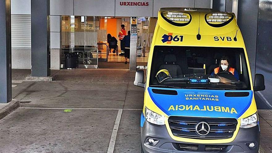 Ambulancia frente a urgencias del Chuac