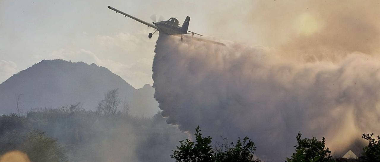 Un medio de extinción de incendios actúa en un foco declarado en un terreno forestal de Xàtiva.   PERALES IBORRA