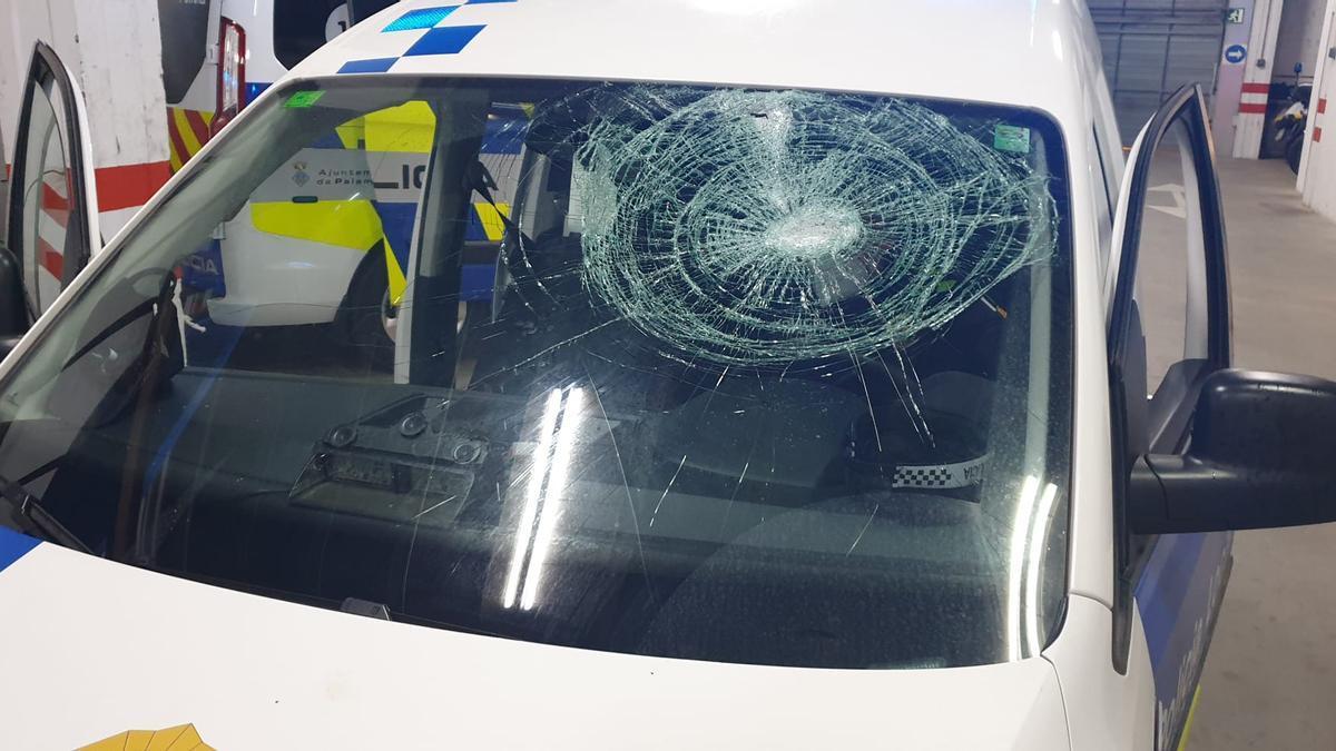 El vehicle de la Policia Local de Palamós amb destrosses pels fets de dilluns a la nit