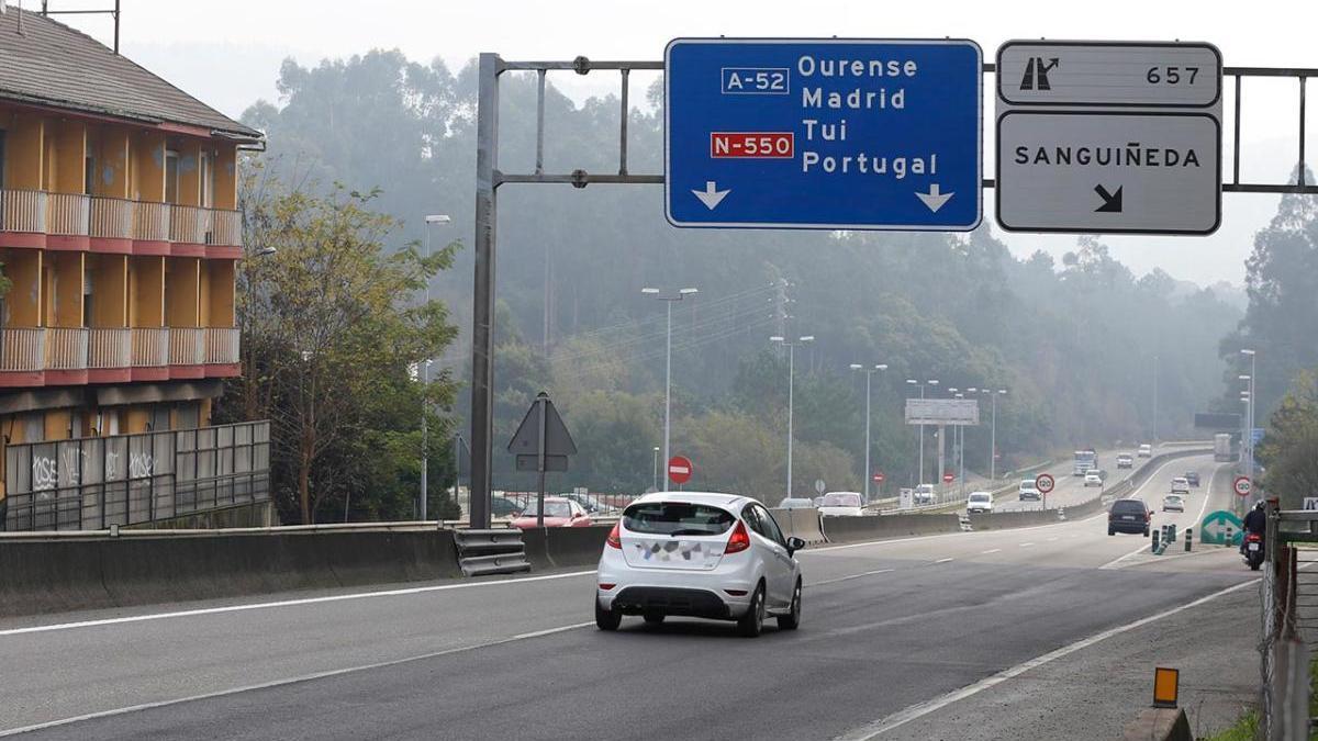 Un coche circula por la A-55 en la salida de Sanguiñeda