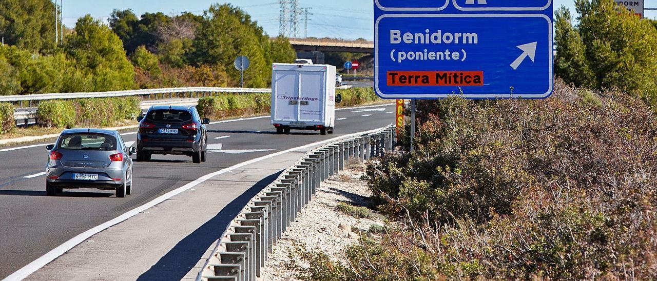 Vehículos circulando por la autopista AP-7 a la altura de Benidorm, donde el tráfico se ha incrementado de manera notable.   DAVID REVENGA