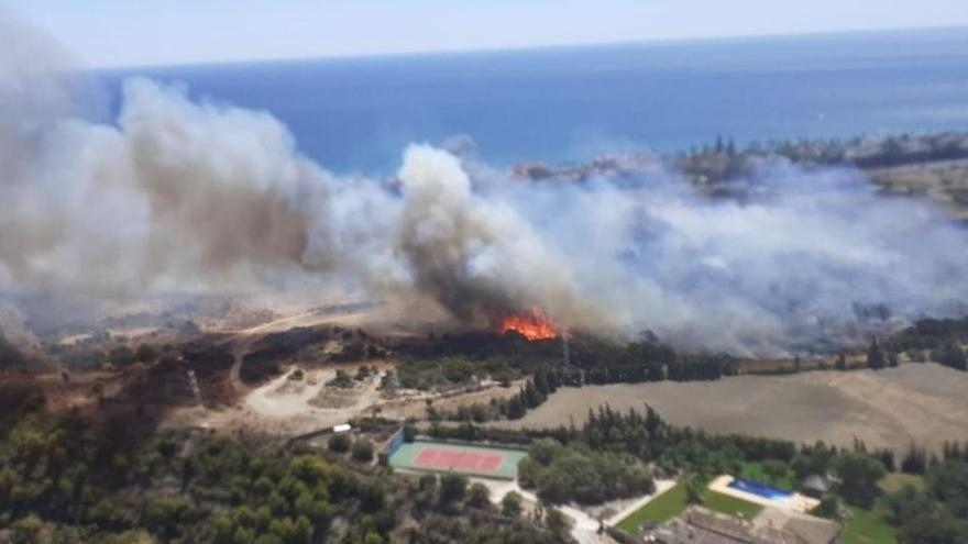 Un incendi forestal crema un luxós centre comercial d'Estepona