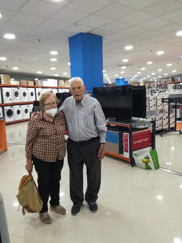 María Hernández y Benigno López, en una de las nuevas tiendas que inauguraron sus hijos.