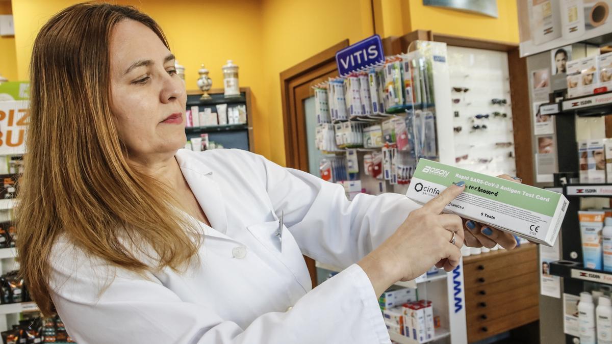 Una farmacéutica muestra uno de los 'auto-test'.