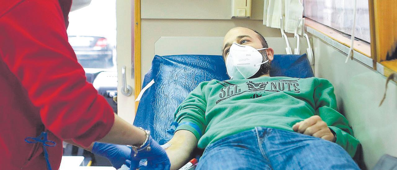 La enfermera Cristina Álvarez prepara a Oliver García para donar