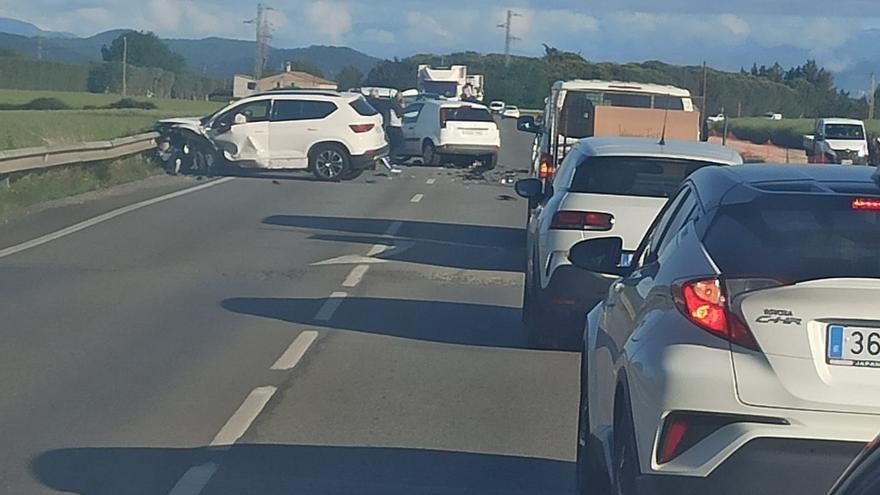 Un accident de trànsit múltiple deixa dos ferits a Banyoles