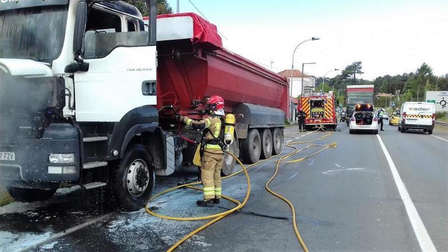 Emergencias apaga un incendio en un camión en O Carballo