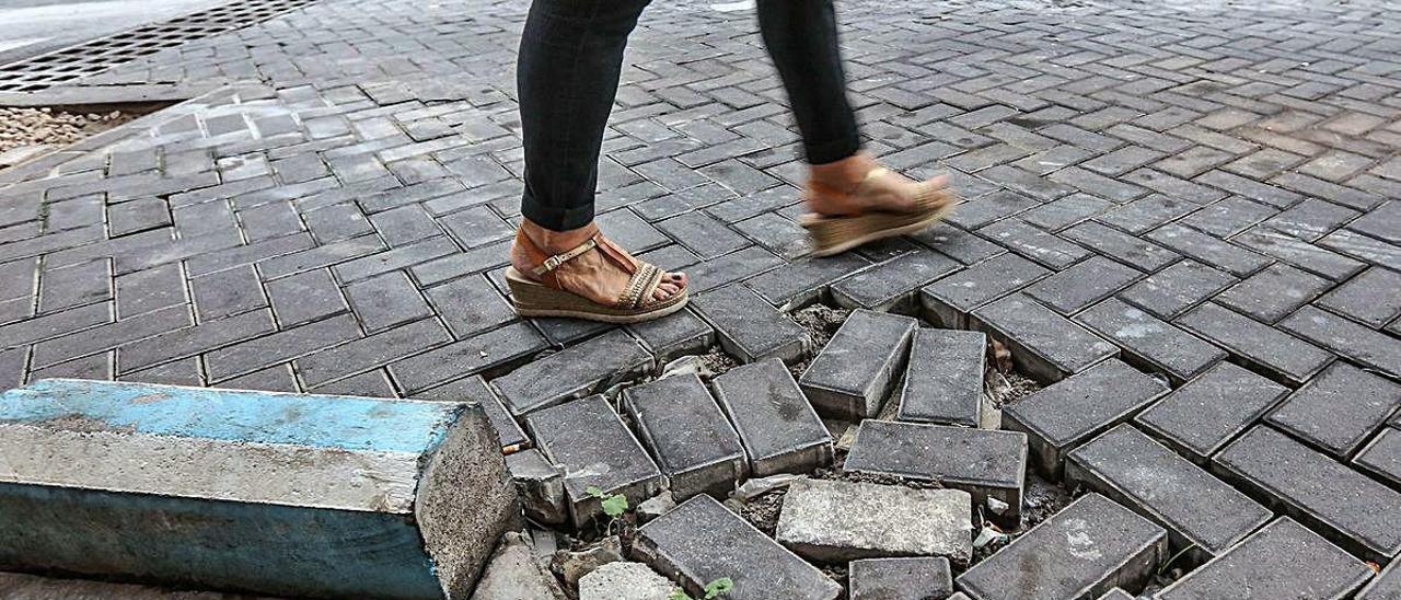 Imagen de uno de los tramos de calle en el centro del que se van a retirar los adoquines. TONY SEVILLA