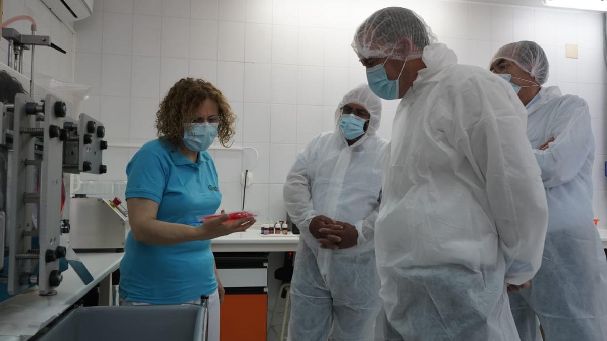 Francisco Requejo, Ángel Sánchez y Rafael Sánchez atienden a las explicaciones de Amelia Martín en el Centro de Inseminación de Porcino.