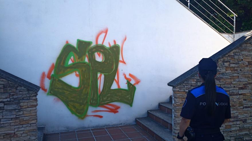 Pillan a un joven mientras realizaba pintadas en un parque de Poio