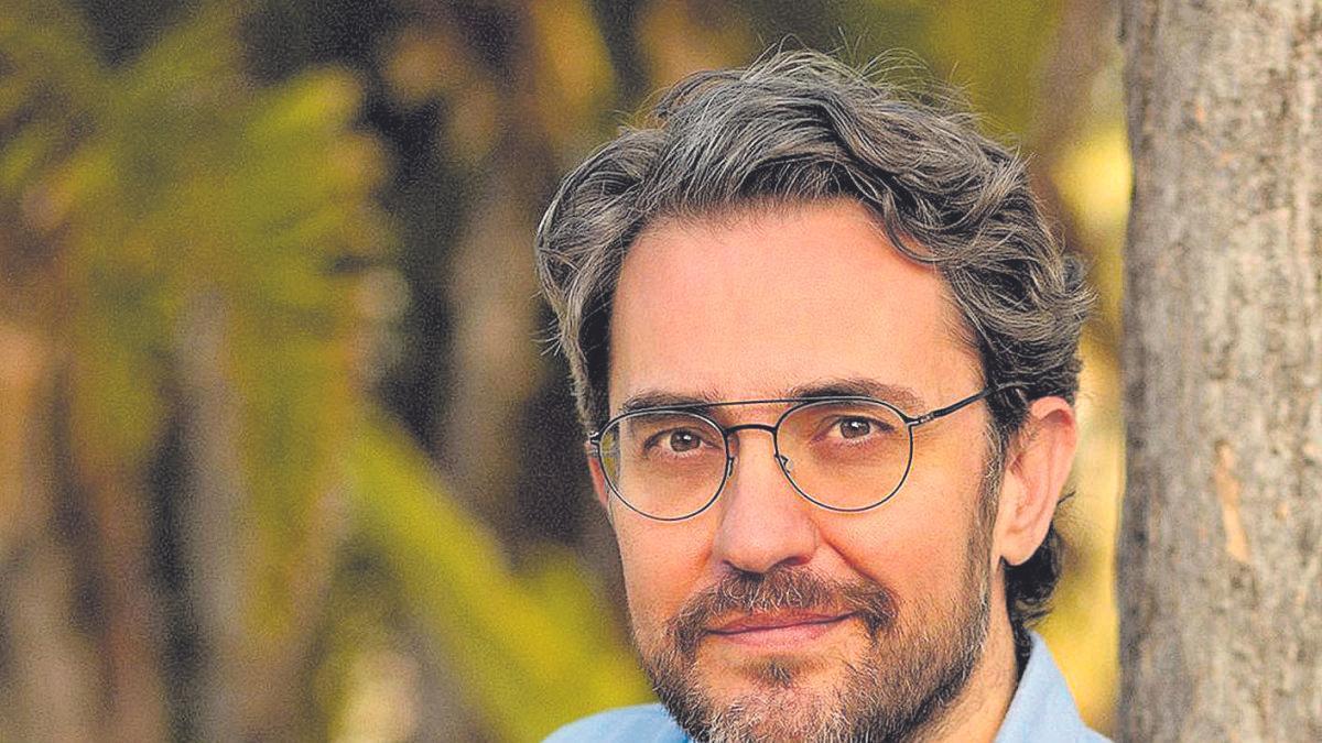 Màxim Huerta con un ejemplar de su último proyecto literario ('Con el amor bastaba').