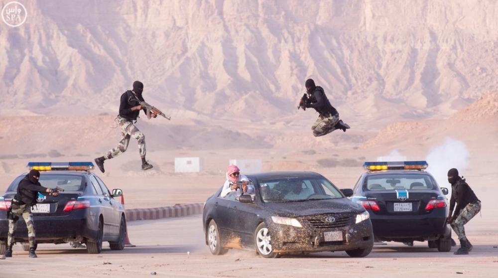 Miembros de la seguridad saudí hacen una demostración de fuerza en un ejercicio militar en el oeste de Riyadh.
