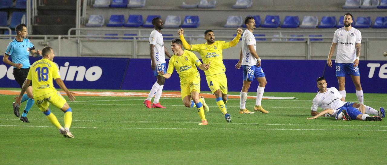 Sergio Ruiz celebra su gol al Tenerife en el Heliodoro la temporada pasada.