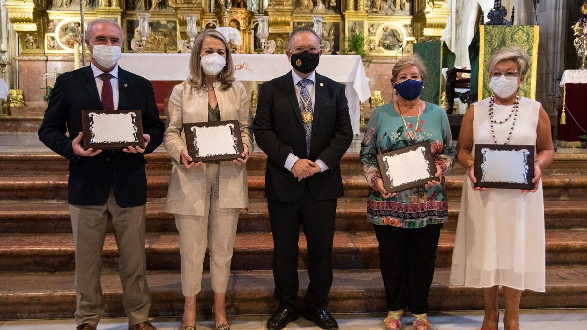 Foto de familia de los premiados por la Achicofradía de la Virgen de Araceli.