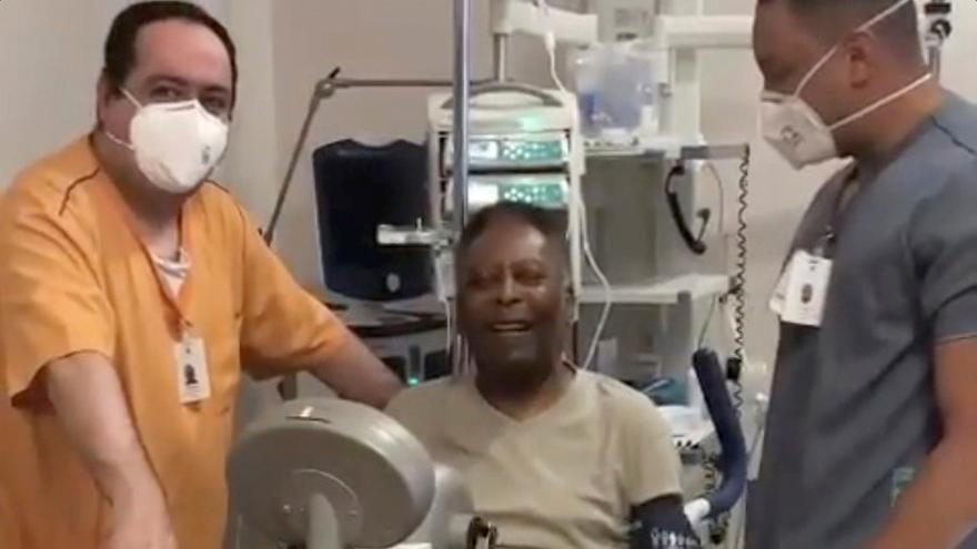 Pelé publica una imagen entrenando en una bicicleta estática tras su operación