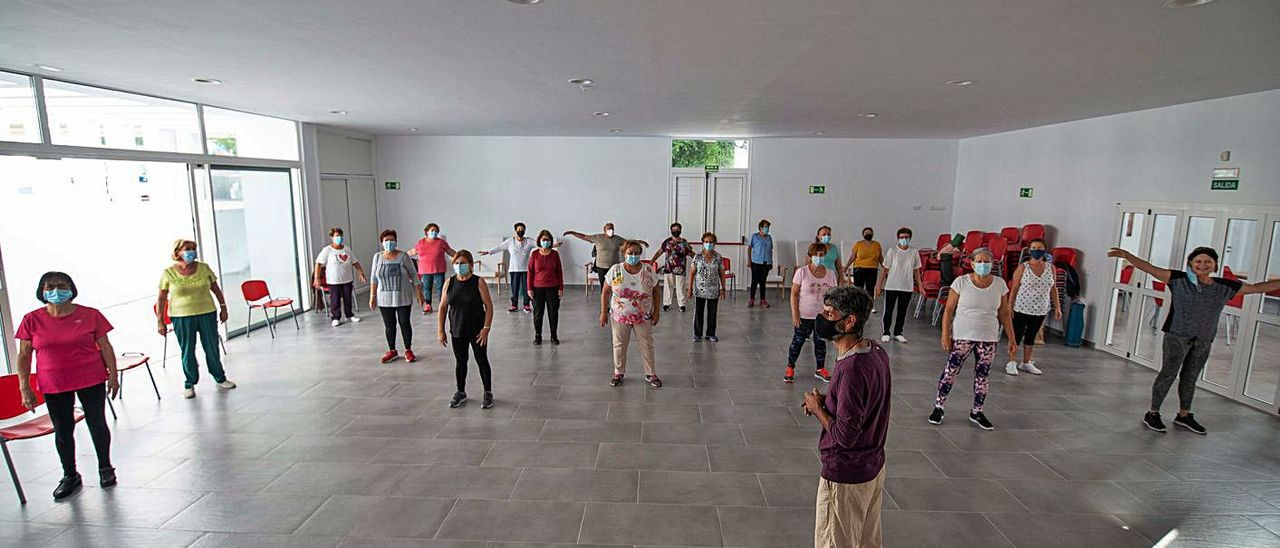 Sesión de gimnasia de mantenimiento de mayores en San Bartolomé. | | LP/DLP