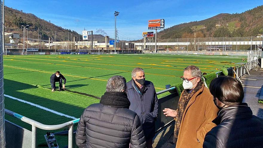 El nuevo césped sintético del campo Eliseo Gutiérrez ya luce en el viejo estadio