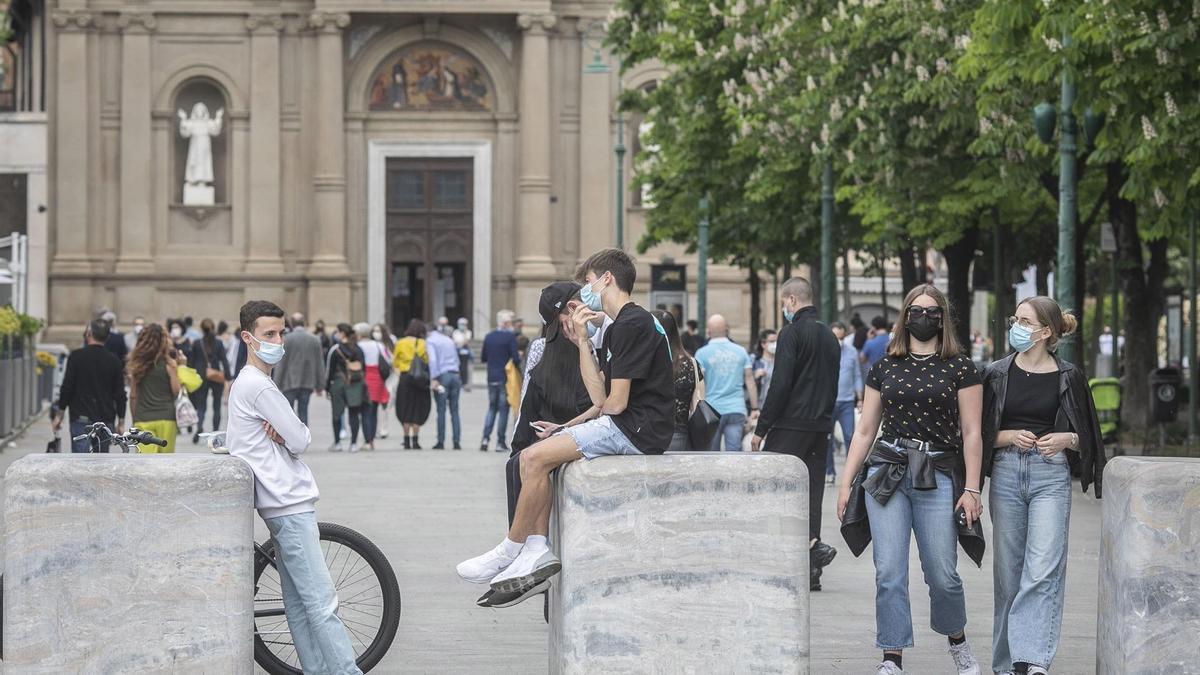 Un grupo de jóvenes camina por las calles de Bergamo.