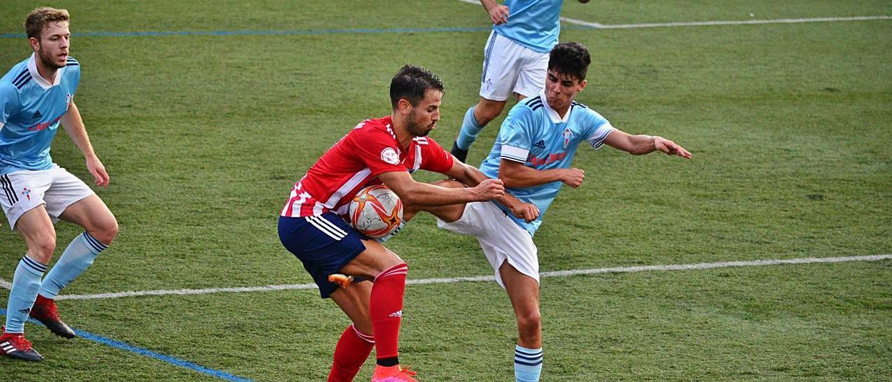 Una acción del amistoso entre el Alondras y el Celta C Gran Peña. |  // GONZALO NÚÑEZ