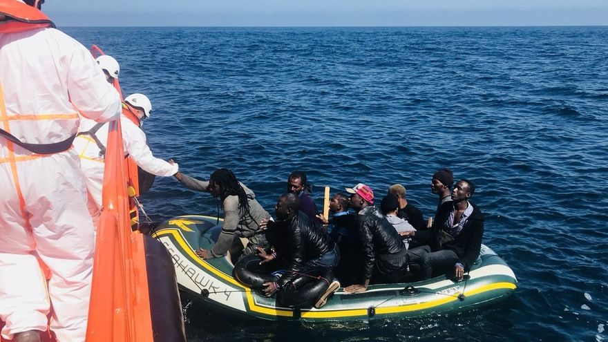 Salvamento Marítimo rescata una patera con 33 personas