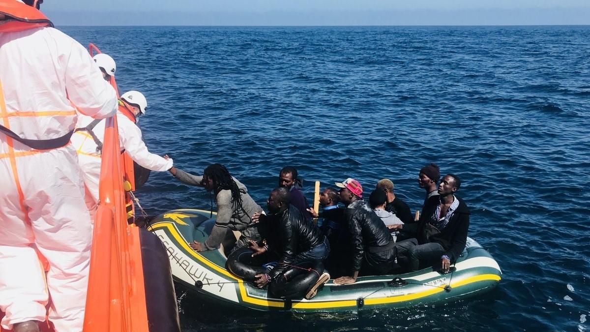 Rescate patera con inmigrantes por Salvamento Marítimo en una imagen de archivo.