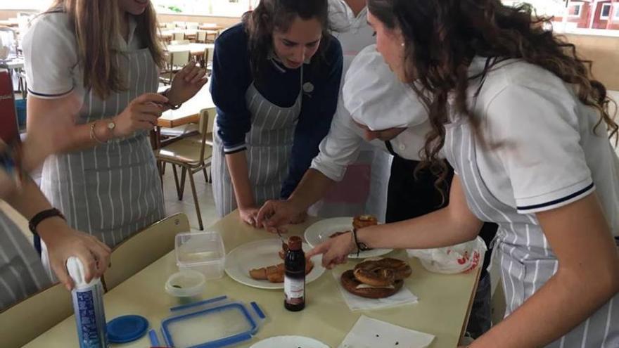 Starkoch Marcel Ress bewertet Kochkünste von Schülern in Palma