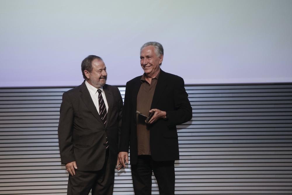 Antoni Parera Fons recibe el premio de manos de Vicente Rotger, Consejero de Editora Balear
