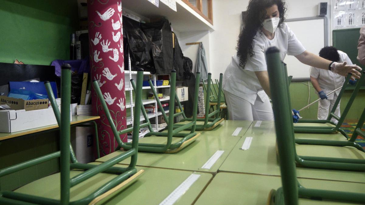 Varias operarios de limpieza desinfectan un colegio en Murcia
