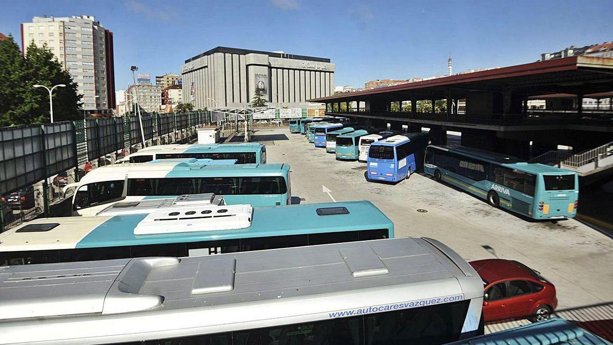 Vehículos de diferentes compañías en los andenes de la estación de autobuses.