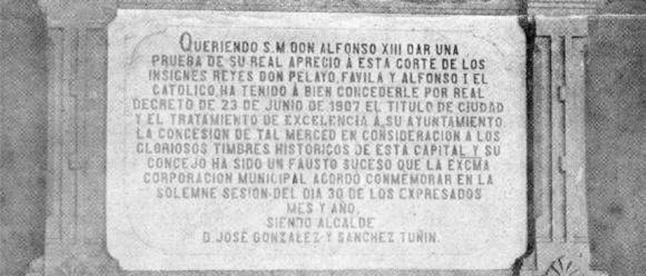 Lápida conmemorativa de la concesión del título de ciudad a Cangas de Onís colocada en el Ayuntamiento en 1907.
