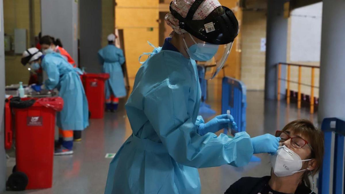Una mujer se realiza una prueba de coronavirus.