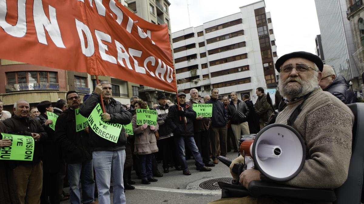 Arturo Monteserín, a la derecha, en una protesta en la plaza del Carmen.